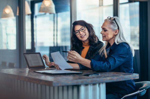 Twee vrouwen laptop web gespiegeld